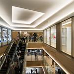 In Ginza Six, interesting point is ceiling design.  銀座シックスは天井のデザインがフロア毎に異なるので注目してみて下さい。