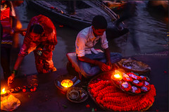 Puja2.    Varanasi (Claire Pismont) Tags: uttarpradesh viajar voyage varanasi benares banaras pismont puja light lifeinindia life lightandshadow candle night travel travelphotography travelshot clairepismont colorful couleur color colour