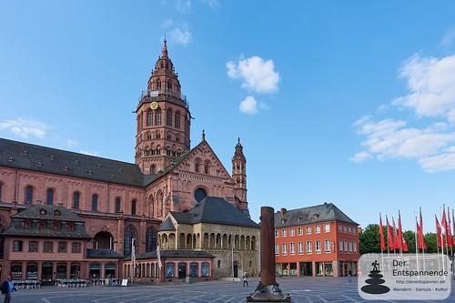 Mainzer Dom, Domplatz mit Heunensäule