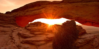 Sunrise Go through the Mesa Arch Canyonlands N.P., Utah