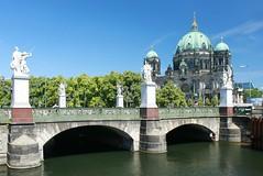 Schloßbrücke und Berliner Dom (lt_paris) Tags: berlin berlinmitte schlosbrücke berlinerdom lustgarten spree spreekanal flus