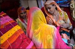 Yellow.  Jaisalmer (Claire Pismont) Tags: asia asie inde india rajasthan woman women cloth pismont clairepismont colorful couleur color colour travel travelphotography viajar voyage yellow pink