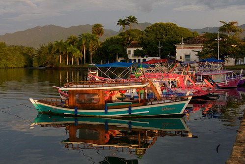 brazil-paraty-reflections-of-tourist-boats-copyright-pura-aventura-thomas-power