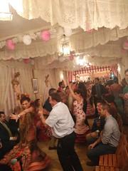 el arte no entiende de edades (agu²!) Tags: lugares fiesta sevilla seville españa spain feria abril april fair caseta bailando dancing baile dance gitana traje gipsy dress