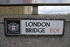 London Bridge Sign (ChiralJon) Tags: london bridge sign city londres londyn londra pont signe most лондон 倫敦 伦敦 tourist ロンドン 런던 puente ponte мост brug londen brücke pod pedestrian walkway road