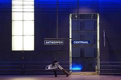 Zo....díe hangen...! (leuntje) Tags: antwerpen antwerp belgium anvers belgië belgique centralstation centraalstation middenstatie spoorcathedraal perron platform