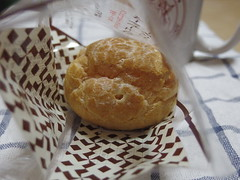 A Cream Puff Has A Face With A Wistful Mouth (edamame note) Tags: creampuff choucream face puckered mouth lips puckeredlips complain wistful chouàlacrème sweets yogashi japan conviniencestore lawson dessert custard cream filling