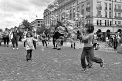 DSC_0280 (maurizio.s.) Tags: bolle sapone bubble bambini children berlin berlino brandeburg tor brandeburgo