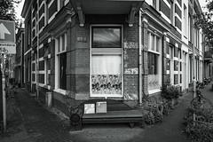Street corner in Arnhem (x1klima) Tags: arnhem gelderland niederlande nl sonya7r ilce7r zeiss batisfe25mmf2 batis225 monochrome schwarzweis noiretblanc bw plain blackandwhite streetphotography streets streetview candid urbanity urban achitectural architecture architektur building buildings