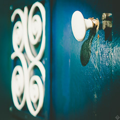 DSC09632 (mortelette.david) Tags: square carré zeiss planar loxia250 manuallens iron ironworks door rust vintage light color extérieur gravelines dof bokeh profondeurdechamp flou blur doorhandle bleu blue white blanc