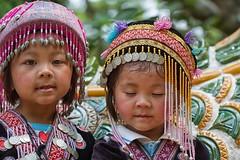 che coppia! (mat56.) Tags: ritratto ritratti portrait portraits bambina bambine girls coppia couple bimbe chiangmai doisuthep thailandia thailand asia espressione expression antonio romei mat56