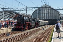 VSM 23 076 + 23 071 met Westfalendampf-Sonderzug, Amsterdam Centraal (Dennis te D) Tags: westfalendampf sonderzug lippstadt amsterdamcentraal amsterdam vsm veluwschestoomtreinmaatschappij 23071 23076 baureihe 23 tri trainrentalinternational 110428