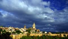 Segovia amurallada (alfonsocarlospalencia) Tags: segovia muralla nubes turbón blanco azul verde catedral infancia recuerdos alcázar casas tejados contraste atardecer torre campanario iglesia crepúsculo paisaje maravilla antenas