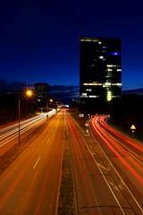 (Px4u by Team Cu29) Tags: überführung hochhaus verkehr strase strasenzug kreuzung kurve gegenverkehr strasenbeleuchtung lampe licht büro arbeiten münchen spätschicht
