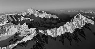photo  de montagne en format panoramique n&b  / le massif du mont-blanc vu du ciel