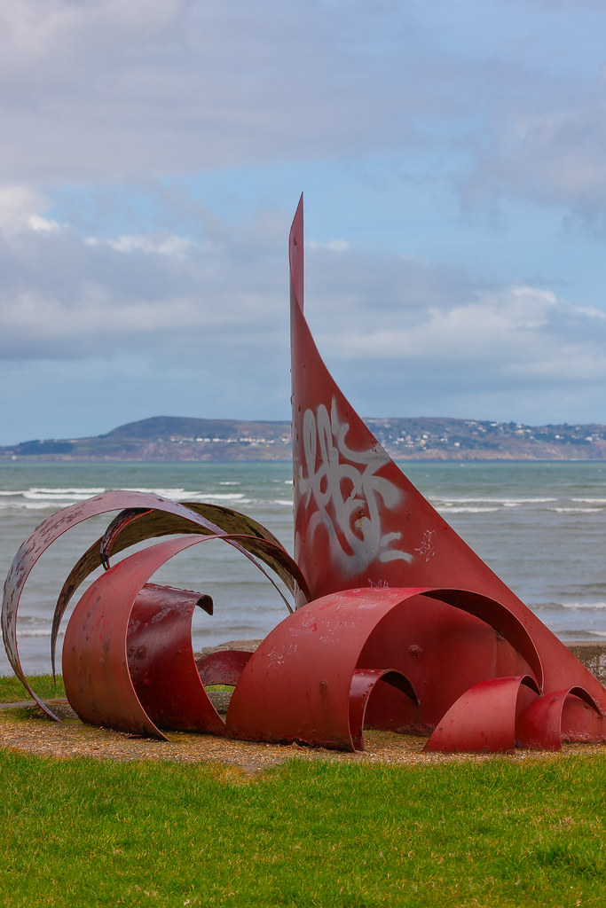 ANOTHER RED METAL THING [PUBLIC ART PHOTOGRAPHED 2008 BESIDE THE MARTELLO TOWER AT SEAPOINT]-129505