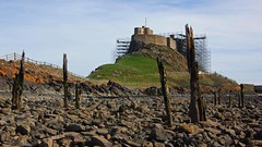 Lindisfarne castle (WISEBUYS21) Tags: enelnorestedeinglaterra norte danslenordestdel'angleterre nord imnordostenvonengland norden nelnordestdell'inghilterra inhetnoordenvanengeland noordoosten idennordligedelafengland koillisenglannissa pohjois landskap landskab maisema paysage landschaft paesaggio paisaje campo campagne campagna lindisfarne holy island farneislands castle saint cuthbert bede bailey scaffold scaffolding green grass bluesky tide out staithes rocks pebbles shoreline northumberland northumbria viking saxon northeastofengland workmen wisebuys21