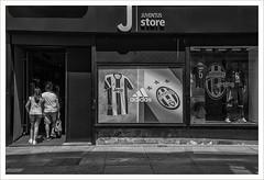 E' ora di comprare (Outlaw Pete 65) Tags: negozio shop persone people juventus juventusstore biancoenero blackandwhite nikond600 nikkor24120mm torino piemonte italia