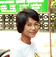 pretty young woman (the foreign photographer - ฝรั่งถ่) Tags: pretty young woman smile khlong thanon portraits bangkhen bangkok thailand canon kiss