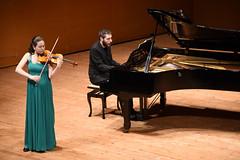 Irene Fernández interpreta al violín una obra junto a Brais González