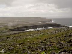 Le scogliere a sud di Dun Aonghasa. Inis Mor - Aran Islands (diegoavanzi) Tags: irlanda ireland eire aran islands isole inis mor inishmore scogliere cliffs onde waves ocean atlantic oceano atlantico nuvole clouds