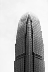 Hong Kong; 2IFC (drasphotography) Tags: hongkong hong kong china 2ifc architecture architektur monochrome monochromatic monotone blackandwhite bw schwarzweis sw bn bianconero building skyscraper gebäude hochhaus drasphotography nikon d810 nikkor70200mmf28 fog foggy looking up modern contemporary geometric geometry geometrisch