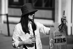 Madrid. (Jose_Pérez) Tags: madrid blancoynegro blackandwhite byn bw girl self selfie gorro movil mobile street streetphoto