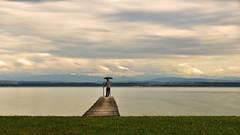 Défiler de nuages (Fabrice1965) Tags: suisse neuchâtel lacdeneuchâtel lac nuages ponton parapluie