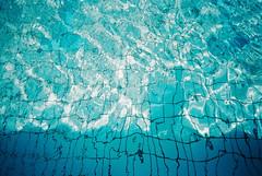 (埃德溫 ourutopia) Tags: film fuji fujifilm fujicolor 400 業務用 記録用フィルム 記録用カラーフィルム canon canonprima canonprimaas1 filmphotography analog analogphotography waterproof water waves summer sunshine blue swimming swimmingpool フィルム