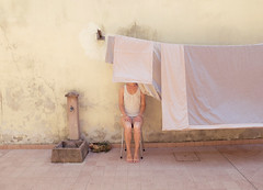 (LaSandra.) Tags: sandralazzarini laundryday selfportrait cortile pannistesi italia