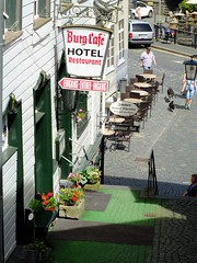 Monschau in der Eifel lebt zu einem großen Teil vom Fremdenverkehr. (R.S. aus W.) Tags: europa deutschland germany fachwerk fachwerkhaus dorf eifel westwall monschau rur roer hotel restaurant schild hinweisschild wegweiser burg cafe