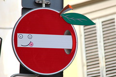 Florence Traffic Sign #31 (just.Luc) Tags: europe europa italië italy italia italie italien toscana toscane tuscany florence florenz firenze florencia metal metaal red rouge rood rot worm vers apple appel pomme apfel city stad ville stadt urbanart cletabraham panneaudesignalisation verkeersbord trafficsign sign