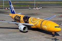 All Nippon Airways | Boeing 777-200ER | JA743A | Star Wars livery | Tokyo Haneda (Dennis HKG) Tags: ana nh allnippon allnipponairways boeing 777 777200 777200er boeing777 boeing777200 boeing777200er aircraft airplane airport plane planespotting tokyo haneda rjtt hnd ja743a staralliance starwars r2d2 c3po canon 7d 24105