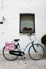 Damme (Brian Aslak) Tags: damme westvlaanderen vlaanderen flanders flandre belgië belgique belgium europe town window fiets bicycle