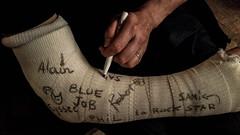 2017-06-14 – Fragile (Sting) (Robert - Photo du jour) Tags: juin 2017 regarddunjour fragile sting platre samy philippe eysse ac alain robert blue bluejob répétition cassé signature dédicace