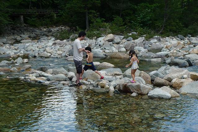 水が冷たいので 水遊びというよりは岩場遊び…(笑)|赤沢森林資料館