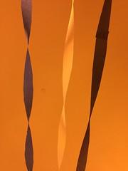 Anglų lietuvių žodynas. Žodis streamer reiškia n 1) vimpelas, (tam tikra) vėliava; 2) (šiaurės pašvaistės) šviesos stulpas; 3) ilgas plevėsuojantis kaspinas lietuviškai.