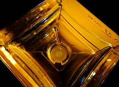 parfum flacon mini (christikren) Tags: parfum hmm spray flacon christikren colour shisedo zen glas glass reflets bottomsup macro macromondays golden eaudeparfum eleganz 30ml japanischeblüten atomizer