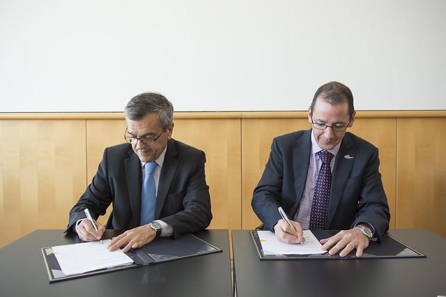 José Viegas and Rob McInerney signing the Memorandum of Understanding