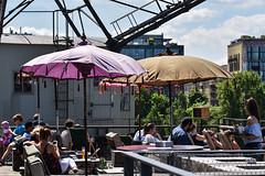 2017 beschirmt auf der Dachterrasse (mercatormovens) Tags: oosten frankfurt ostend restaurant outdoor gartenlokal sommer mainufer menschen sonnenschirm kran dachterrasse