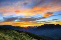 石門山的日出(Sunrise at Mt.Shih Men )。 (Charlie 李) Tags: 5d3 canon clouds sunrise light sun mountain taiwan hualiencounty mtshihmen 太陽 雲 百岳 日出 秀林鄉 花蓮縣 石門山