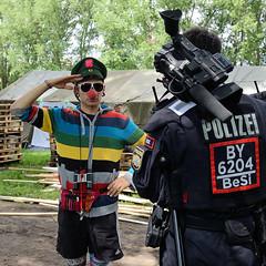 2755 Umstrittenes G20 Protestcamp auf Entenwerder in Hamburg Rothenburgsort - ein politischer Clown mit roter Nase begrüßt einen Polizisten. (christoph_bellin) Tags: hansestadt hamburg g20 gipfel messehallen schanzenviertel tagungsort staatschefs regierungschef industrieländer schwellenländer beratung forum umstrittenes protestcamp entenwerder rothenburgsort politischer clown rote nase begrüst polizisten
