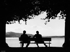 enjoy the hot summer day on a lakeside (René Mollet) Tags: lake lakefront summer people hot better together street shadow silhouette streetphotography zugersee generation talk