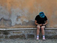 IMG_4569 (Gianluca Fioravante) Tags: capelliblu calcata finecorsa girl pausa telefono vita