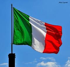 Il tricolore... Verde, bianco e rosso. (michelecipriotti) Tags: bandiera tricolore verde bianco rosso italy italia cielo azzurro asta