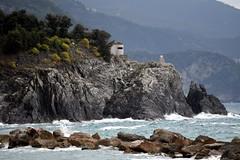 boom boom cottage (pianlux) Tags: bum cottage casa casetta mare scoglio onda scogli scogliera 5 terre 5terre