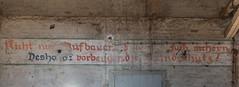Nicht nur aufbauen, sondern auch sichern (michael_hamburg69) Tags: lostplace offthemap abandonedplace urbanexploration urbex phototourmit3daybeard3tagebart verfall decay beautyofdecay nichtnuraufbauensondernauchsichern deshalbvorbeugenderbrandschutz wand schriftzug text