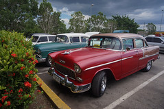 The American classics at the airport's parking lot (lezumbalaberenjena) Tags: vuelo flight airport aeropuerto cuba santa clara villas villa 2017 summer verano abel santamaría