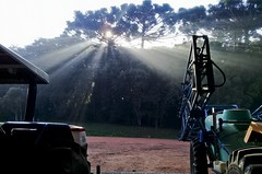 Máquinas_05 (Parchen) Tags: máquinas maquinário agrícola galpão galpãodemáquinas fega sol nascer nascerdosol contraste contraluz raios solares luz tratores trator tratoragrícola foto fotografia imagem registro parchen carlosparchen