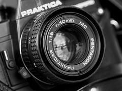 Ich entspanne beim fotografieren. (ingrid eulenfan) Tags: macromondays macro makro makroobjektiv relaxation entspannung schwarzweis blackandwhite kamera camera praktika prakticabcaelectronic fotoapparat ddr apparat 7dwf equipment